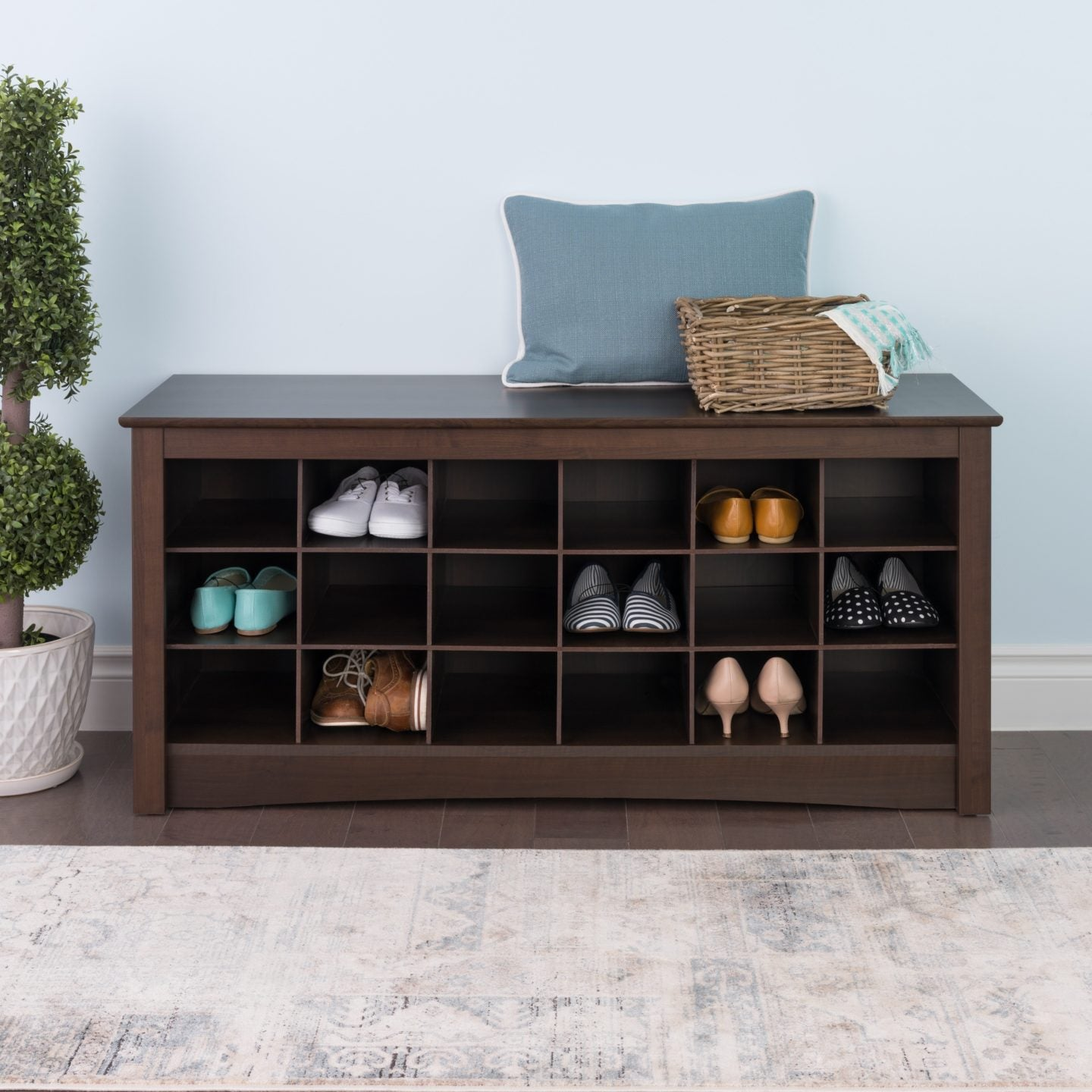 Shoe storage bench with shoes