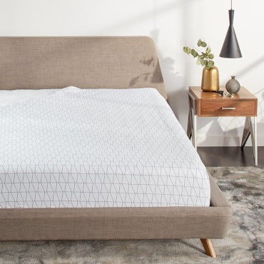 Patterned fitted sheet on a mattress