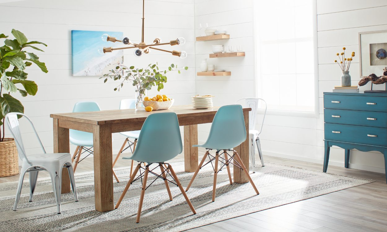 A Cool And Fresh Beach House Dining Room