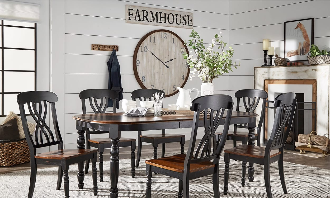 Farmhouse style dining room, this is a very popular interior design style