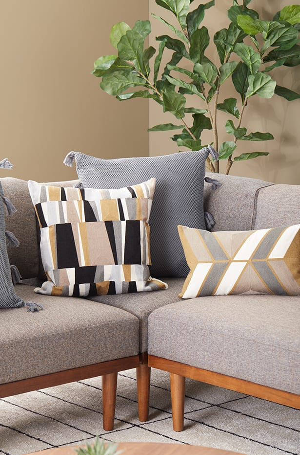 Outstanding How To Arrange Sofa Pillows On Any Type Of Sofa Overstock Com Uwap Interior Chair Design Uwaporg
