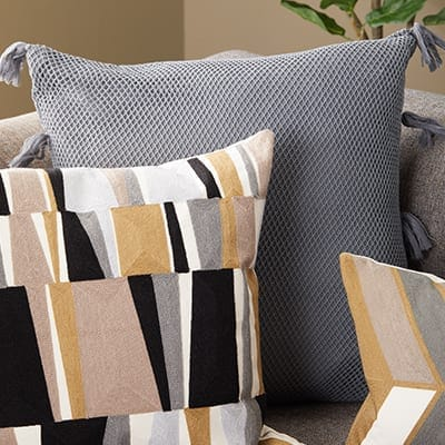Excellent How To Arrange Sofa Pillows On Any Type Of Sofa Overstock Com Uwap Interior Chair Design Uwaporg