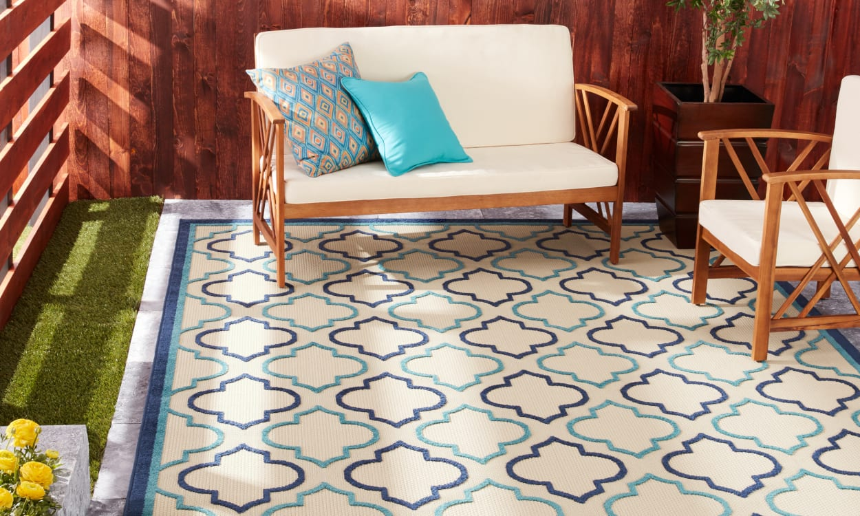 Outdoor patio with an outdoor statement rug. Patio Decorating Ideas