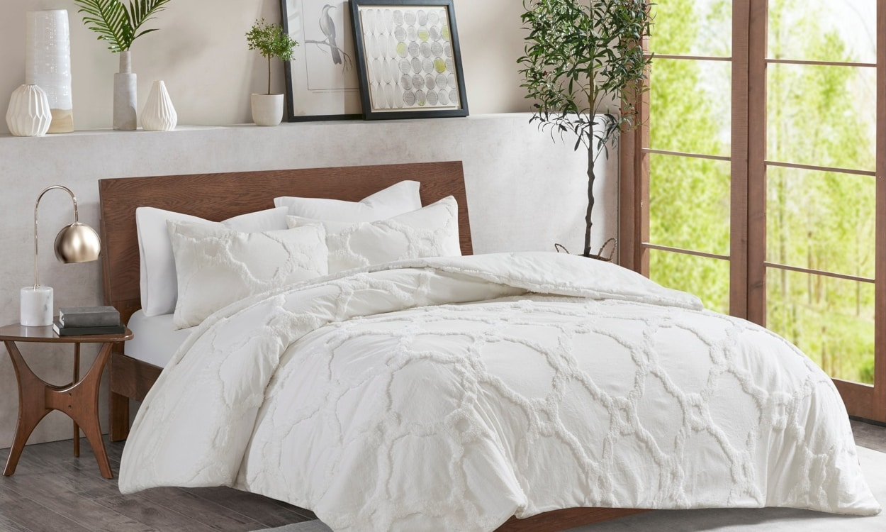 2c9507e4fa Use a Light Top Layer. Light weight white comforter for a summer bed